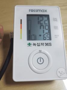 백의 고혈압 측정하는 자동 혈압계