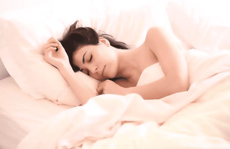 잠자는 여성