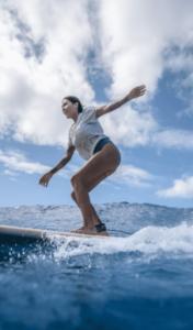 서핑하는 여성
