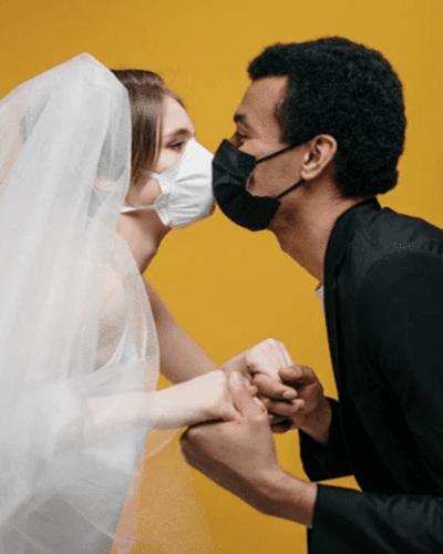 입 냄새 때문에 마스크 착용한 신혼부부